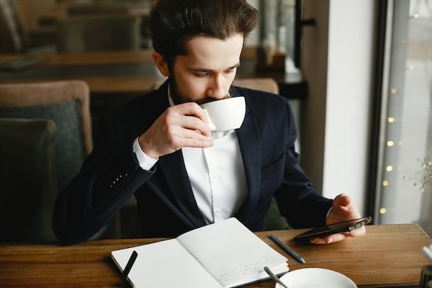 Homme d'affaires élégant travaillant dans un bureau Photo gratuit
