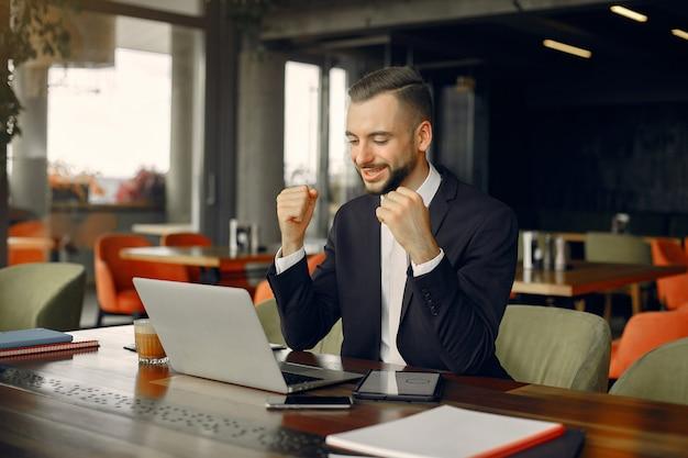 Homme D'affaires élégant Travaillant Dans Un Café Photo gratuit
