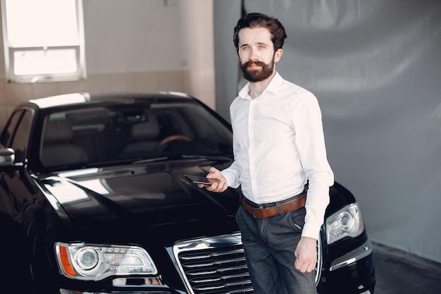 Homme d'affaires élégant travaillant près de la voiture Photo gratuit