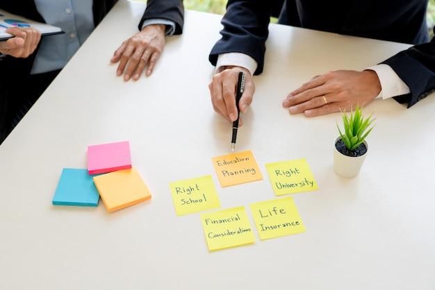 Homme d'affaires et équipe analyse des états financiers pour la planification de cas client financier au bureau. Photo Premium