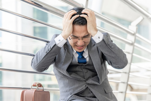 L'homme D'affaires Est Stressé Par Le Travail, Le Concept D'entreprise Photo gratuit