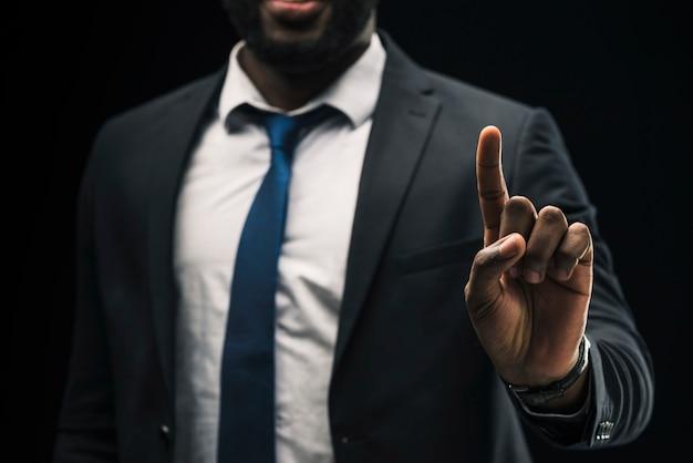 Homme D'affaires Ethnique Pointant Vers Le Haut Photo gratuit