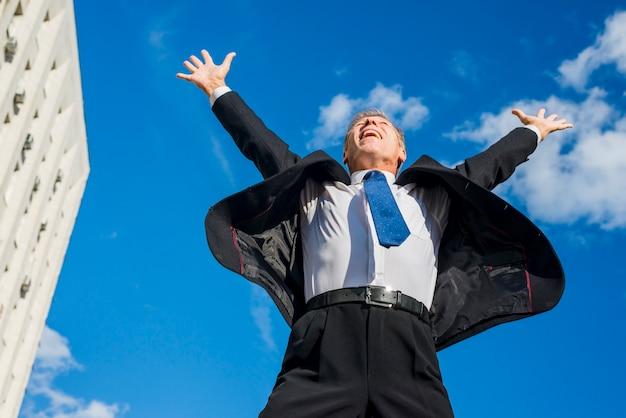 Homme D'affaires Excité, Levant Les Bras Au Ciel Photo gratuit