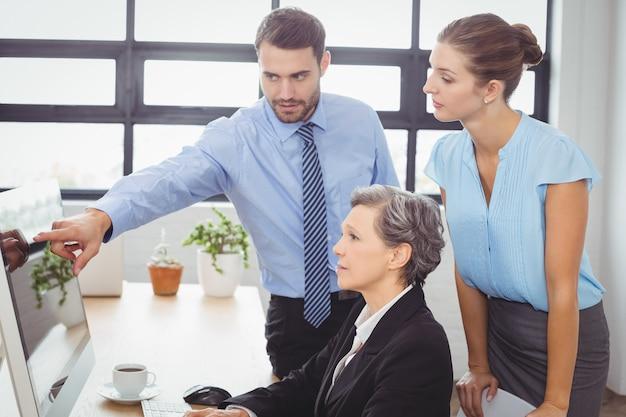 Homme d'affaires expliquant ses collègues Photo Premium