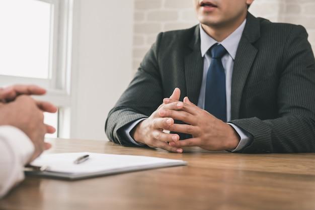 Homme d'affaires faisant un accord avec le client Photo Premium