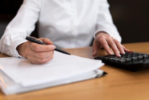 Homme d'affaires faisant des calculs au bureau Photo gratuit