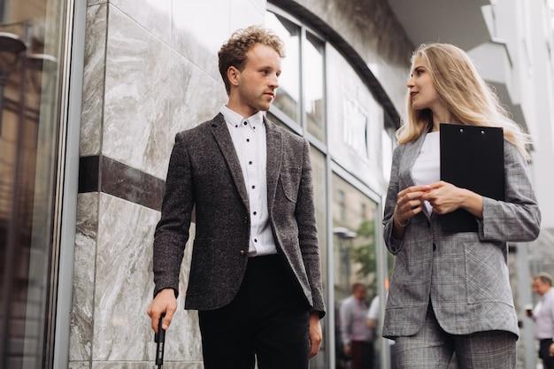 Homme Affaires, Femme Affaires, Marche, Discuter, Travail Photo Premium