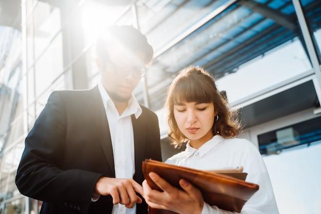 Homme D'affaires Et Femme D'affaires Regardent Les Papiers Importants Photo gratuit