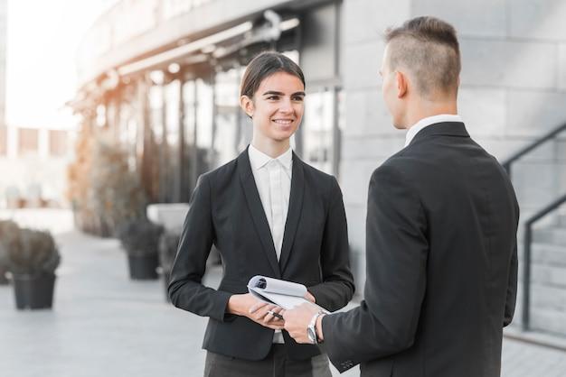 Homme d'affaires et femme d'affaires se parlant Photo gratuit