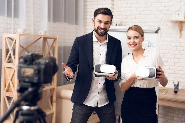 Homme d'affaires et femme d'affaires utilisant la réalité virtuelle vr. Photo Premium