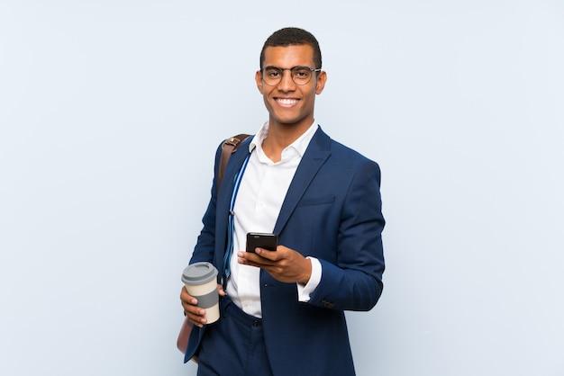 Homme d'affaires sur fond bleu isolé Photo Premium
