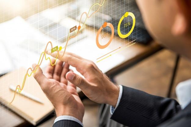 Homme d'affaires, frappant dans ses mains à la réunion avec tableau financier futuriste Photo Premium