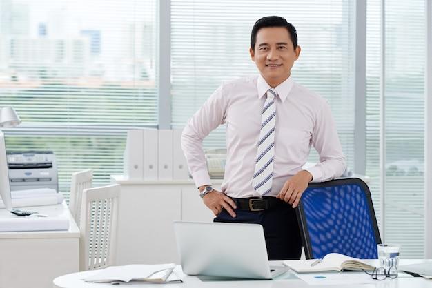 Homme d'affaires gai Photo gratuit