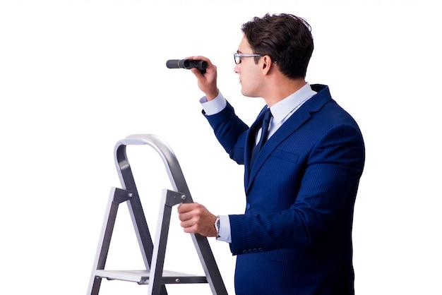 Homme d'affaires en haut de l'échelle avec des jumelles Photo Premium