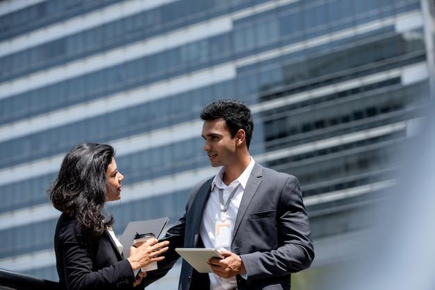 Homme d'affaires indien ayant une réunion en plein air avec le client Photo Premium