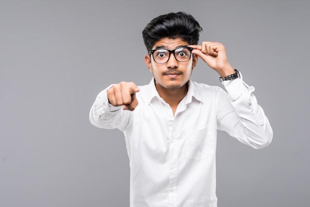 Homme D'affaires Indien Pointez-vous Sur Le Mur Gris Photo gratuit