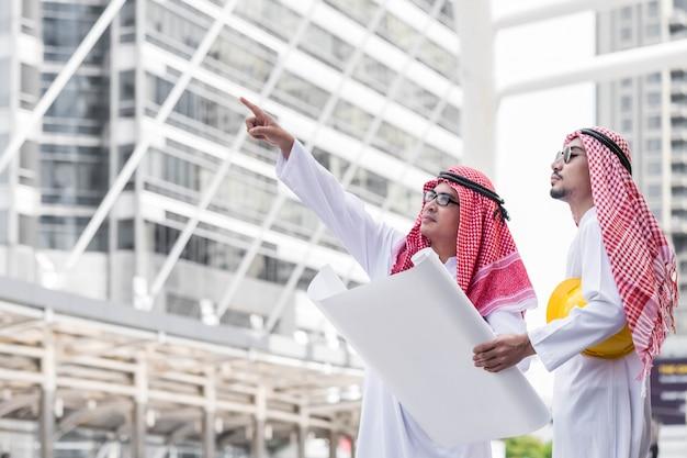 Homme d'affaires ingénieur collaborateur équipe arabe Photo Premium