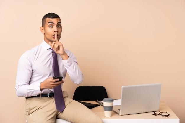 Homme D'affaires Jeune Dans Un Bureau Faisant Le Geste De Silence Photo Premium