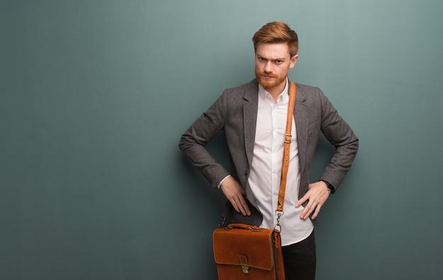Homme d'affaires jeune rousse gronde quelqu'un très en colère Photo Premium