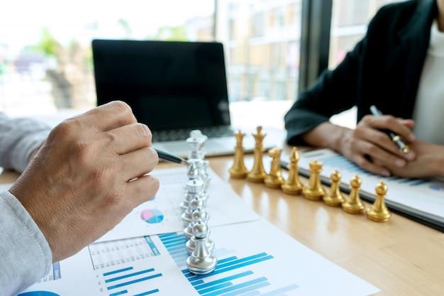 Homme d'affaires joue aux échecs sur le lieu de travail marketing Photo Premium