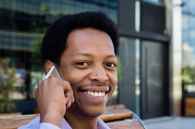 Homme d'affaires latin parlant sur un téléphone mobile Photo Premium