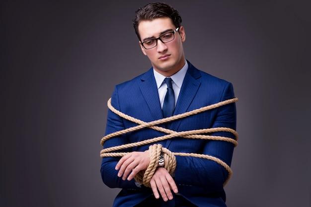 Homme d'affaires ligoté avec une corde Photo Premium