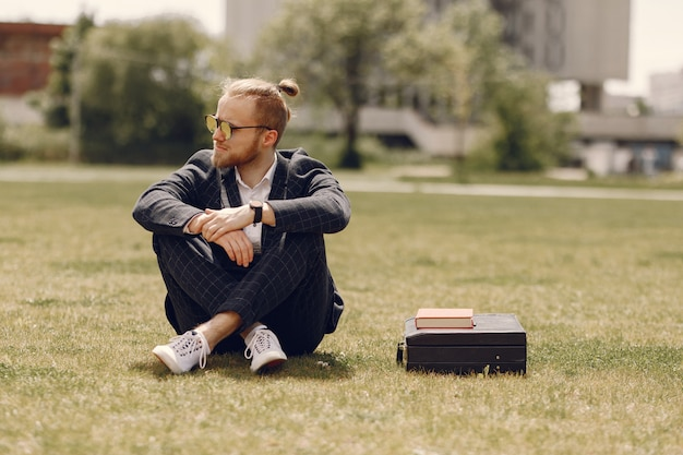 Homme D'affaires Avec Livre Assis Dans Une Ville D'été Photo gratuit