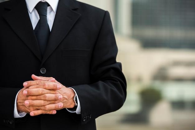 Homme affaires, à, mains jointes Photo gratuit