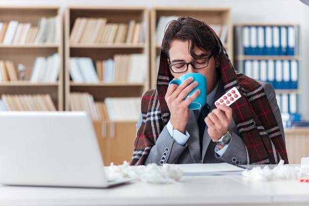 Homme d'affaires malade souffrant de maladie au bureau Photo Premium