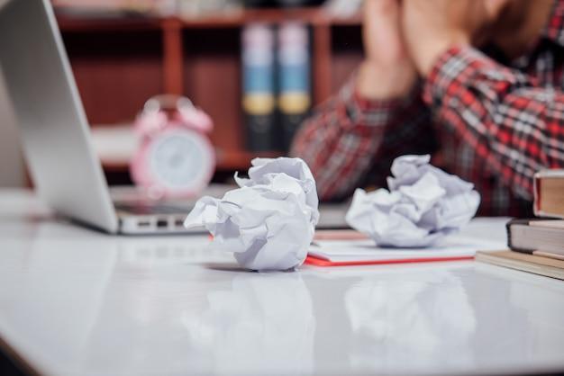 Homme d'affaires malheureux assis au bureau Photo gratuit