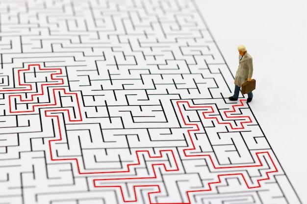 Homme d'affaires marchant au point de départ du labyrinthe. Photo Premium