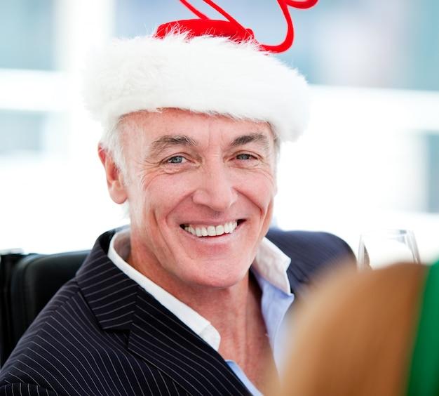 Homme D'affaires Mature Célébrant Noël Photo Premium