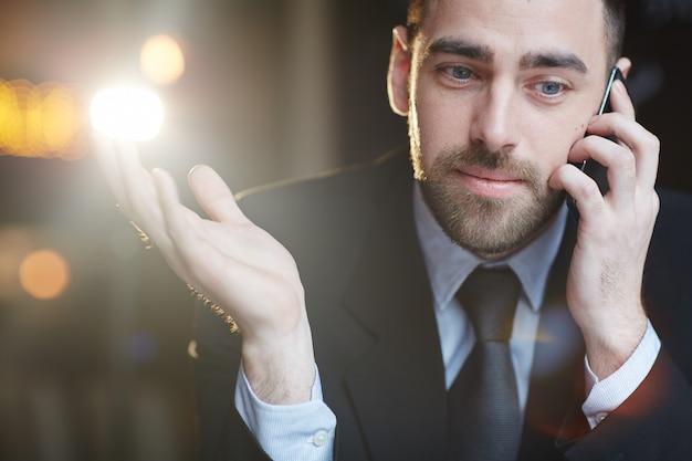 Homme D'affaires Moderne Parlant Par Smartphone Photo gratuit