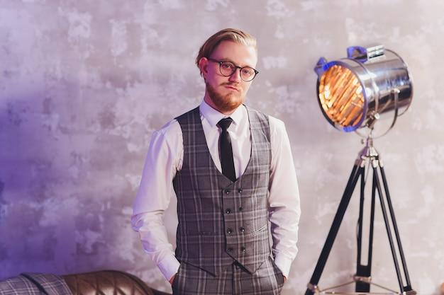 Homme D'affaires Moderne Portant Un Costume Posant Photo Premium