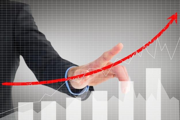 Homme d'affaires montrant l'évolution des affaires avec un graphique Photo gratuit
