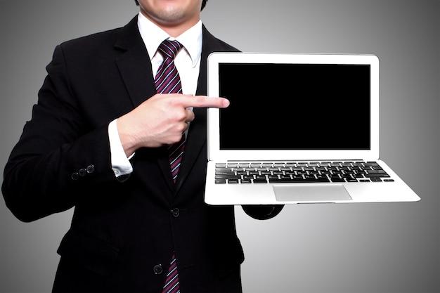 Homme d'affaires montrant un ordinateur portable Photo gratuit