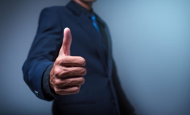 Homme d'affaires montrant les pouces vers le haut Photo Premium