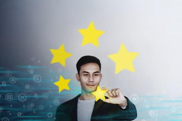 Homme d'affaires montrant la satisfaction du service cinq étoiles. Photo Premium