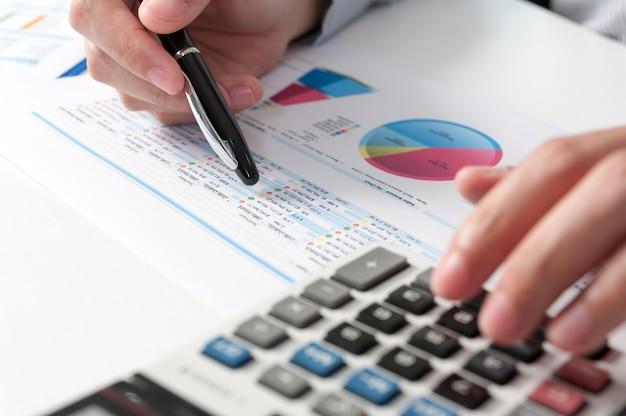 Homme D'affaires Montrent L'analyse Du Rapport. Concept De Performance D'entreprise Photo Premium