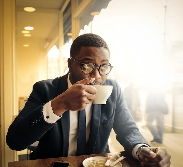 Homme d'affaires noir buvant un café Photo Premium
