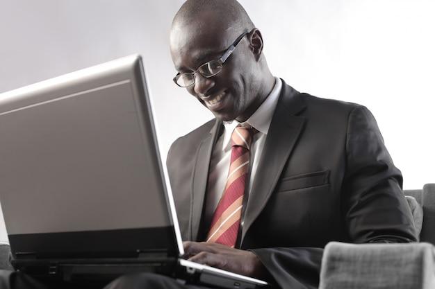 Homme d'affaires noir travaillant sur un ordinateur portable Photo Premium