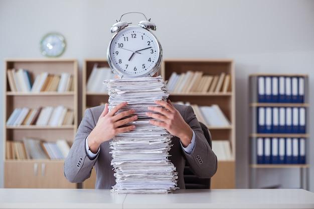 Homme affaires, occupé, paperasserie, bureau Photo Premium