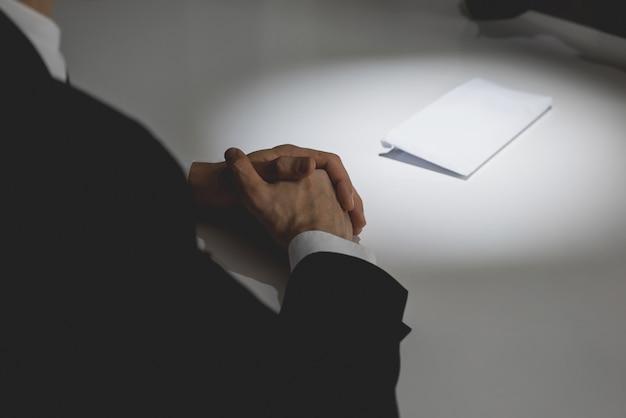 Homme d'affaires offrant de l'argent dans l'enveloppe sur la table à son partenaire Photo Premium