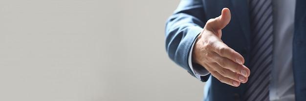 Homme d'affaires offre la main à secouer comme bonjour au bureau Photo Premium