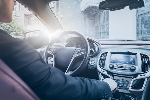 L'homme d'affaires opère dans la voiture Photo gratuit