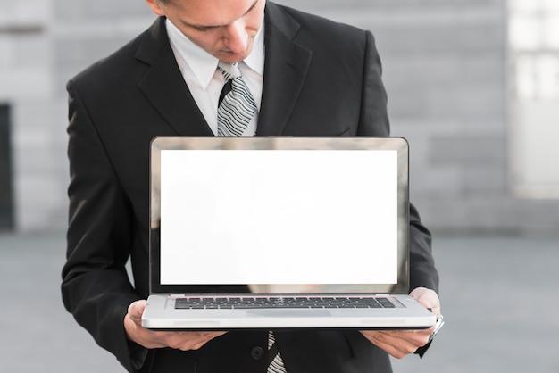 Homme d'affaires avec ordinateur portable Photo gratuit