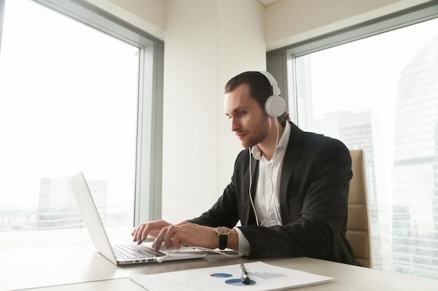 Un homme d'affaires participe à une conférence en ligne Photo gratuit