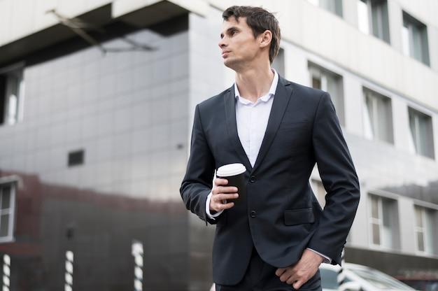 Homme d'affaires en pause avec café Photo gratuit