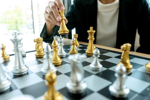 Homme d'affaires pensant et tenir le roi d'échecs sur sa main Photo Premium