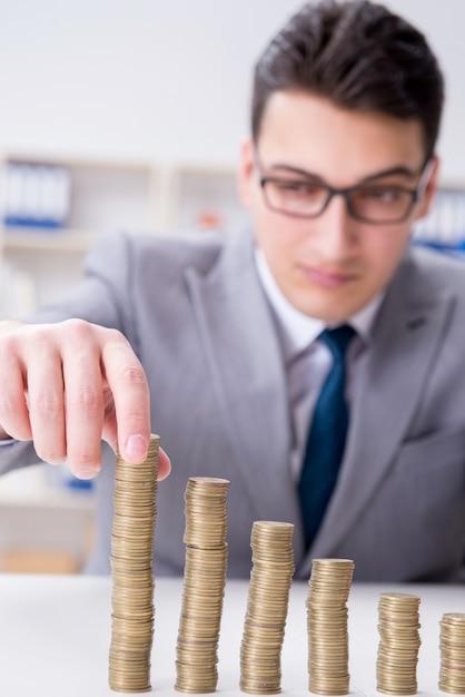 Homme d'affaires avec des pièces d'or dans le concept de croissance d'entreprise Photo Premium